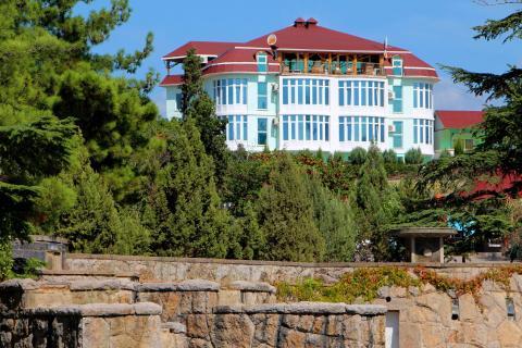 Вид на гостевой дом из парка.